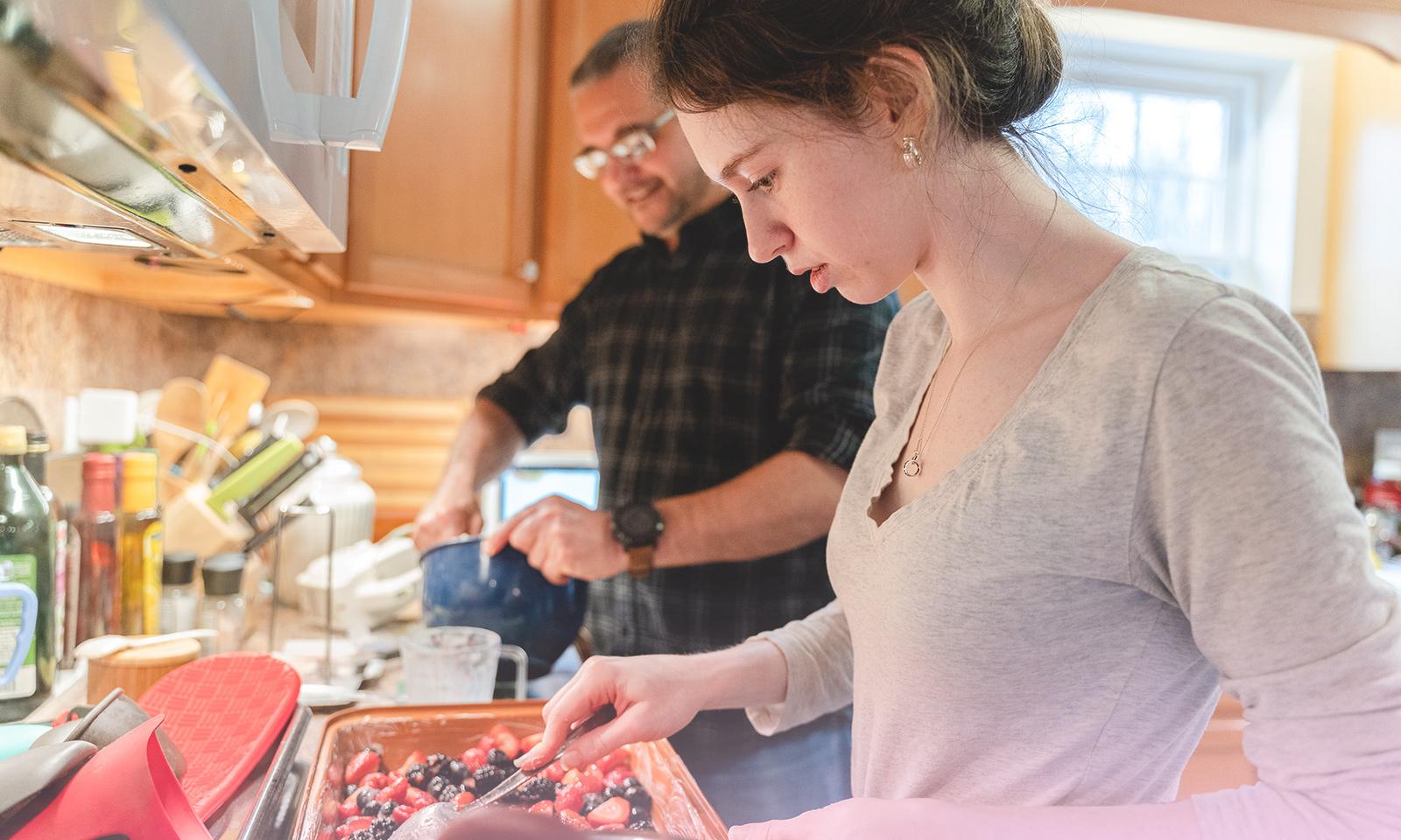 Moins de temps d'écran = plus de temps pour… cuisiner en famille!